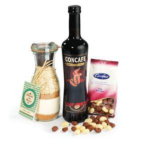 Das Präsent besteht aus 1 Flasche CONCAFE 0,5 l , die besondere Spezialität, tiefrot im Glas, mit dem Duft und den Aromen eines feinwürzigen Kaffees. Der Kaffeegenuss der anderen Art 1 Wec kglas Kaffee-Cookies, 380 g, Backmischung im Wec kglas für Plätzchen á la Mama, 1 Päckchen Schoko-Rumtrauben 125 g, dragiert mit Vollmilch- und weißer Schokolade, im Schmuckkarton verpackt. Maße: ca. 20,2 x 10 x 41 cm.<br>
