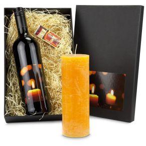 Ein Präsent für jede Jahreszeit. Ein große Kerze, ein Flasche Cabernet Sauvignon (0,75 l), die mit einem stimmungsvollen Kerzen-Etikett versehen ist, In schwarzem Geschenkkarton mit Kerzen-Etikett. Allergiehinweis: Enthält Sulfite<br>
