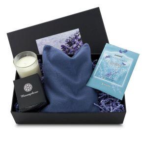Das blaue Lavendelkissen ist kombiniert mit einem Lavendel-Duftbeutel und einer Massagekerze. Der Lavendel-Deckelaufkleber macht schon Lust auf den Inhalt!. Maße: ca. L 34 x B 21 x H 45 cm.<br>