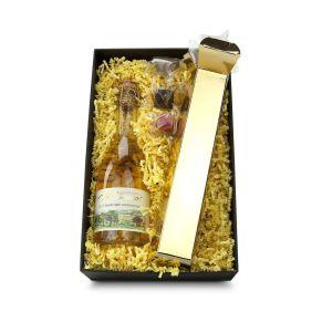 Ein alkoholfreier Secco, ein Cuvée aus Boskoopäpfeln, Nägelesbirnen, Jasmin, Holunderblüten und Vanille (0,375 l). Schmeckt genauso frisch und fruchtig, wie es sich liest. Der Goldbarren mit 100 g alkoholfreien Pralinen und Trüffeln rundet dieses Präsent ab. Durch den Sichtfensterdeckel freut man sich schon von außen auf den Inhalt. Maße: ca. L 34 x B 21 x H 43 cm. Zutaten: Kakaomasse, Zucker, Kakaobutter, VOLLMILCHPULVER, SAHNE, BUTTER, MANDELN, HASELNÜSSE, ERDNÜSSE, WALNÜSSE, Orangen, Glukosesirup, PISTAZIEN, Tee, Kaffee, Bourbonvanille, Gewürze, Emulgator: SOJALECITHIN, Farbstoffe: Betacarotin, echtes Karmin, Brillantblau. PriSecco Cuvée Nr. 11, alkoholfrei Zutaten: unreif geernteter Boskoop Apfel, Nägele´s Birne, Eichenlaub, Indianernessel, Jasmin- und Hibiskusblüten, Vanille und Gewürze. Allergiehinweis: Trüffel: Enthält Erdnüsse, Schalenfrüchte, Soja, Milch und Lactose. Kann Spuren von Erdnüssen und anderen Schalenfrüchten enthalten.<br>
