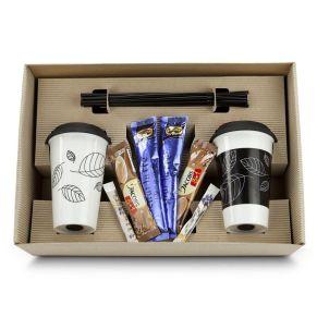 Der Name ist Programm - Das Set enthält 2 Rastal-Thermobecher aus doppelwandigem Hartporzellan mit Silikondeckeln und 10 schwarze Trinkhalme. Abgerundet wird es durch 2 Kaffee-, 2 Chai-Latte und 2 Zucker-Tütchen. Schön verpackt in gestanzter Geschenkkartonage. Maße: L 43 x B 28 x H 7 cm. Zutaten: Jacobs 3 in 1 -Zucker (54%), Glukosesirup, Pflanzenöl (gehärtet), löslicher Bohnenkaffee (8 %), Stabilisatoren (E340, E452), MilchEIWEIß, Emulgator (E471), Trennmittel (E551), Farbstoff (Beta-Carotin)., Krüger Chai Latte Classic India Zutaten: Zucker, SÜß. Nährwertangaben: Jacobs 3 in 1: Brennwert 1810 kJ (432 kcal); Fett 11g, davon gesättigte Fettsäuren 11g; Kohlenhydrate 80g, davon Zucker 58,5g; Eiweiß 2g; Salz 0,5g. Allergiehinweis: Jacobs 3 in 1 -Enthält Milch. Krüger Chai Latte Classic India- Enthält Milch, Lactose.<br>