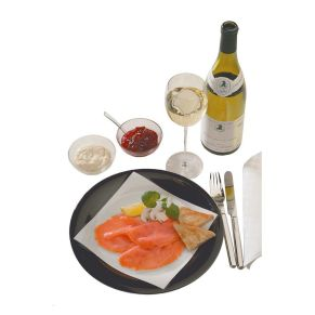 Lachs Geschenk-Set. Der Wein hat eine satte goldgelbe Farbe, feine elegante und komplexe Aromen von reifer Melone und Pfirsich und einen ausgewogenen Abgang, dieser 100% Chardonnay ist ein perfektes Beispiel für eine gekonnte Vermählung von Eleganz und fruchtiger Hülle. Feinster Norweger Räucherlachs aus frischen Norweger Lachsen, Superieur, 2 x 150g vakuumverpackt, servierfertig, Salmo Salar superieur Aquakultur, 1 Flasche Collection Privée de l´Oratoire, Chardonnay, 0,75l, Zweitwein von Châteauneuf du Pape, 1 Glas Nordische Wildpreiselbeeren, Auslese, 220g, von wild wachsenden Preiselbeeren der nordschwedischen Wälder, 1 Glas Sahnemeerrettich, 85g, tafelfertig und ein kleines Lachsbrevier, Maße: ca. L17 x B3,5 x H43 cm. Zutaten: Norwegischer Räucherlachs., 0,75 l Collektion Privee Chardonnay: 10,5% vol. , Wildpreiselbeeren: Preiselbeeren, Zucker, Geliermittel, Pektin, Citronensäure. , Sahnemeerrettich: Meerrettich, 27% SAHNE, Rapsöl, Branntweinessig, Zucker.. Allergiehinweis: Collektion Privee Chardonnay: Enthält Sulfite<br>