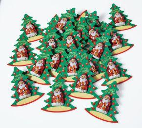 Dieses Set beinhaltet 30 kleine, rot stanniolierte Weihnachtsmänner aus massiver Edelvollmilch-Schokolade mit 33% Kakaobestandteilen (je 6,25g). Die Santas sind auf einen Karton in Tannenbaumform geklebt. Für Ihre handschriftliche Personalisierung ist ebenfalls Platz gegeben. Maße: Santa je ca. B2,5 x H4 cm, Anhänger gesamt je ca. B7,5 x H9 cm, Gewicht: ca. 0,3 kg. Zutaten: Kakao: 33% mindestens: Zucker, VOLLMILCHPULVER, Kakaobutter, Kakaomasse, Emulgator. SOJA-LECITHIN, Bourbon-Vanille-Extrakt. Nährwertangaben: Energie: 2266 kJ / 541 kcal, Fett 34g, davon gesättigte Fettsäuren 21g, Kohlenhydrate 49g, davon Zucker 48g, Eiweiß 8,7g, Salz 0,25g. Allergiehinweis: Kann Spuren von Haselnüssen enthalten.<br>