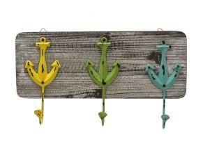 Schöne Gaderobe aus Holz im maritimen Design. Drei trendige Haken im Ankerdesign aus Eisen in gelb, grün und blau, Maße: ca. Breite 47 x Tiefe 6 x Höhe 25 cm, Gewicht: ca. 1 kg, Material: Holz, Eisen.<br>