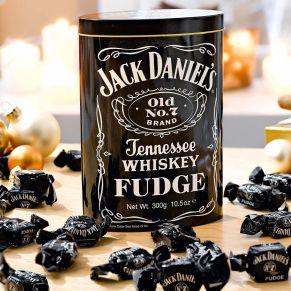 Weiche Karamellen mit dem typischen JACK DANIELS Whisky Geschmack. Menge: 300 g, Gewicht: ca. 0,4 kg. Zutaten: Zucker, Glukosesirup, gesüßte entrahmte KONDENSMILCH, Pflanzenfett, Jack Daniel´s Tennessee Whiskey (1%), Aroma, Salz. Nährwertangaben: Brennwert 1665 kJ (396kcal); Fett 9,8g, davon gesättigte Fettsäuren 6,5g; Kohlenhydrate 74,9g, davon Zucker 55,6g; Eiweiß 1,6g; Salz 0,1g. Allergiehinweis: Kann Spuren von Nüssen enthalten. Nicht für Kinder geeignet. Enthält keine gehärteten Öle oder Fette.<br>