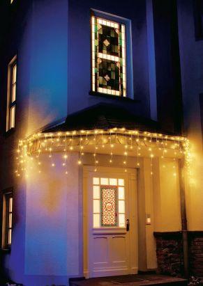 Mit 200 warmweißen LEDs. Für den Innen- und Außenbereich geeignet, Lichtstränge abwechselnd mit 7, 4, 6 und 3 Lichtern, inklusive Außentrafo, Kabelfarbe: weiß, Maße: Lichterstrang ca. 6,3 m, Zuleitung bis Trafo ca. 10 m, Gewicht: ca. 0,8 kg.<br>