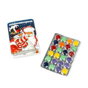 Mini-Blisteradventskalender, gefüllt mit bunten Schokolinsen, auf der Rückseite mit Weihnachtsmotiv. Dragierte Schokolinsen: VOLLMILCHSCHOKOLADE (Kakao: mindestens 25%), Maße: ca. B11,3 x T0,7 x H7,7 cm. Zutaten: Zucker, Kakaobutter, VOLLMILCHPULVER, Kakaomasse, MOLKENPULVER, Emulgator: SOJALECITHIN, Natürliches Aroma, Geliermittel: Tapioka Stärke; Farbstoffe: E171, E 120, E160, E163, E 141, E 100; Überzugsmittel: Carnaubawachs. Nährwertangaben: Brennwert 1923 kJ (455 kcal); Fett 14,3g, davon gesättigte Fettsäuren 8,5g; Kohlenhydrate 79,4g, davon Zucker 69,4; Eiweiß 3,3g; Salz 0,15g. Allergiehinweis: Kann Spuren von Nüssen, Erdnüssen und Gluten enthalten.<br>