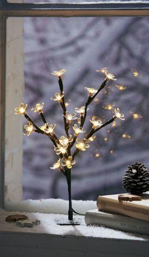 Dank der flexiblen Äste lässt sich der Baum beliebig in Form bringen. 20 warm-weiße LEDs, Mit transparenten Kunststoff-Kirschblüten, Nur für den Innenbereich geeignet, Batterien: 3 x 1,5 V Mignonbatterien (nicht inkl.), Maße: ca. B15 x H27 cm, Kabellänge ca. 30 cm, Standfuß ca. T6 x B6 cm.<br>