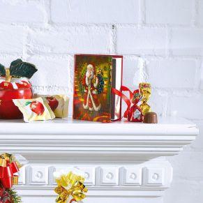 75g Weihnachtspralinen aus Vollmilchschokolade gefüllt mit Nougat-Crisp in rotem und goldenen Dreheinschlag. Verpackt in einem nostalgischen Weihnachtsbuch. Maße: ca. 10 x 3 x 13 cm. Zutaten: Zucker, pflanzliches Fett (Palm, Palmkern), Praliné 11% (Zucker, HASELNUSSMARK, MANDELPASTE), VOLLMILCHPULVER, Kakaobutter, Kakaomasse, LAKTOSE, MOLKENPULVER, knuspriges Getreide 3% (Reismehl, WEIZENMEHL, pflanzliches Öl (Palm), WEIZENGLUTEN, Zucker, WEIZENMALZ, WEIZENDEXTROSE, Salz), fettarmer Kakao, Emulgator: Sonnenblumenlecithine, E476; Aroma. Allergiehinweis: Kann Spuren enthalten von: anderen SCHALENFRÜCHTE!<br>