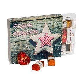 Das besondere Geschenk mit original Niederegger Marzipanspezialitäten. Insgesamt 100g. Vier Zartbitter-Marzipan Herzen, vier Marzipan Klassiker in den Geschmacksrichtungen Zartbitter, Espresso, Ananas und Orange, verpackt im weihnachtlichen Geschenkkarton, Maße: ca. H16 x L13 x T2,3 cm. Zutaten: MANDELN 40%, Zartbitter Schokolade 27% (Kakaomasse, Zucker, Kakaobutter, VOLLMILCHPULVER, Emulgator: SOJA-LECITHINE, Vanille-Extrakt), Zucker, Invertzuckersirup, Alkohol, Ananas, Orangenschalen, Glukose-Fruktose-Sirup, löslicher Kaffee, Fruchtpulver Orange (Maltodextrin, Orangen, natürliches Orangenaroma), Fruchtpulver Ananas (Ananas, Maltodextrin), Natürliches Ananas-Aroma, Glukosesirup, Säuerungsmittel: Zitronensäure. Nährwertangaben: Brennwert 2057 kJ (490 kcal); Fett 31,8 g, davon gesättigte Fettsäuren 8,1 g; Kohlenhydrate 39,7 g, davon Zucker 37,4 g; Eiweiß 9,2 g; Salz 0,03 g.<br>