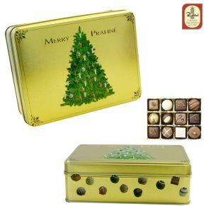 Die Präsentdose Merry Praliné ziert ein süß-geschmückten Weihnachtsbaum. Mit aufwendigem 3D Druck und eine Stapelkante, Gefüllt mit einer edlen Pralinen- und Trüffelauslese, Gewicht: ca. 0,3 kg. Zutaten: Kakaomasse, Zucker, KakaoBUTTER, VOLLMILCHPULVER, SAHNE, BUTTER, Alkohol, MANDELN, HASELNÜSSE, WALNÜSSE, Orangeat, Glukosesirup, PISTAZIEN, Tee, Kaffee, Vanille, Gewürze, EMULGATOR: SOJALECITHIN, Farbstoffe: Beta Carotin, Karmin, Patent Blau. Allergiehinweis: Kann Spuren von anderen Schalenfrüchten enthalten.<br>