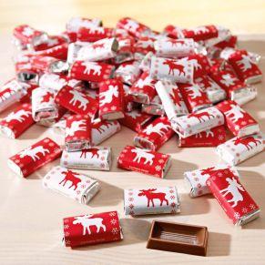 100 Napolitains aus à ca. 3 g Edelvollmilchschokolade mit zwei verschiedenen Elchmotiven. Lieferung erfolgt verpackt im Polybeutel. Gewicht: ca. 0,3 kg. Zutaten: Edel-Vollmilchschokolade (Kakao: 37% mindestens): Zucker, Kakaobutter, VOLLMILCHPULVER, Kakaomasse, Emulgator: SOJALECITHINE. Nährwertangaben: Energie 2421 kJ (578 kcal); Fett 39g, davon gesättigte Fettsäuren 24g; Kohlenhydrate 50g, davon Zucker 49g; Eiweiß 6,3g; Salz 0,2g. Allergiehinweis: Kann Spuren von Schalenfrüchten enthalten<br>