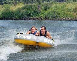 Vier gewinnt – Im Wassersport Paket ist vom Jetski und Speedboat fahren bis zu Tubing und Wakeboarding alles drin!
