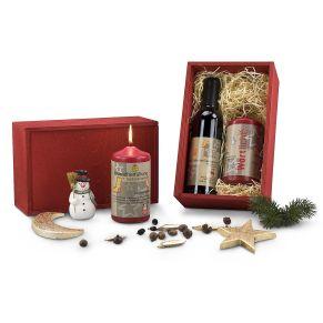 Kerze mit einer Flasche Rotwein (0,375 l). In weihnachtlich-roter Holzkiste , Maße: ca. L27 x B17,5 x H11,5 cm, Gewicht: ca. 2 kg. Zutaten: Cabernet Sauvignon Rotwein. Nährwertangaben: 14,0 % vol.. Allergiehinweis: Enthält Sulfite.