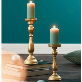 Kerzenständer mit leicht goldfarbenen schimmernden Finish. Maße: groß ca. Ø 11 x H36 cm , klein ca. Ø 10 x H27 cm, Gewicht: ca. 2,1 kg, Material: MDF.
