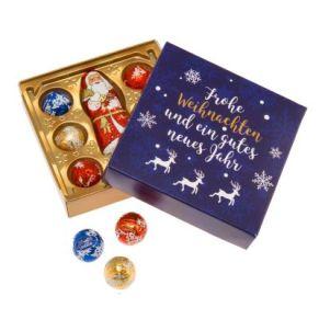 Weihnachtliche Präsentschachtel mit Schokolade aus dem Hause Lindt und Sprüngli. 7 leckere Lindt und Sprüngli Minikugeln in verschiedenen Geschmacksrichtungen, 1 Weihnachtsmann (10g), Maße: ca. B10 x L10 x T2,2 cm. Zutaten: Zucker, Kakaobutter, pflan