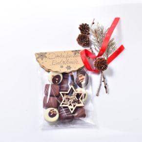 Beschriftbares Präsent zum Verschenken. Gefüllt mit einer Auslese des Marzipansortimentes von der Confiserie Lauenstein, Maße: ca. 11,5 x 19 x 5 cm. Zutaten: Zucker, 20,1% MANDELN, Kakaomasse, Kakaobutter, Wasser, HASELNUSSKERNE, Invertzuckersirup,,
