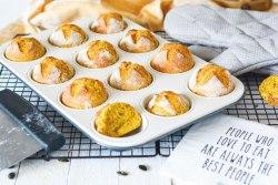 Auf dem Bild sind Kürbisweckerl zu sehen. Sie wurden in einer Muffinform gebacken.