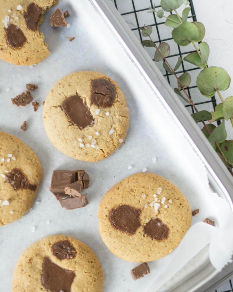 Zuckerfreie Schoko - Cookies von oben fotografiert. Mit Meersalz und Schoko Stücken bestreut.