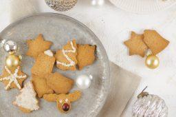 Auf dem Bild sind zuckerfreie Ausstechkekse zu sehen. Diese liegen auf einem silbernen Tablett. Sie eigenen sich perfekt für das zuckerfreie Beeren Schichtdessert zum dekorieren.