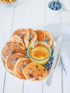 Zuckerfreie Heidelbeer Pancakes von oben fotografiert. Wenn du mal keine Lust auf Schokoladen Overnight Oats mit Beeren Joghurt hast, sind die Pancakes die perfekte Alternative.