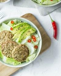 Auf diesem Bild ist eine Salat Schüssel mit veganen Buchweizen Laibchen zu sehen.