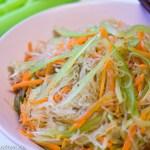 süß-sauer Salat mit dreierlei Streifen (Sellerie, Karotte und Glasnudeln)