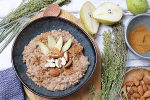 Buchweizen-Porridge mit Zimt und Birnen