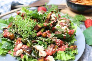 Frühlingssalat mit grünem Spargel und Erdbeerdressing