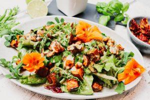 Read more about the article Süßkartoffel-Wildkräuter Salat mit Erdnussdressing