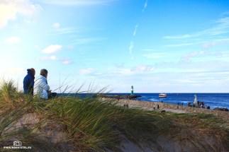 Strand in Warnemünde mit Leuchtturm