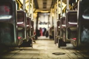 Sitze in der Bahn Einkaufstrolley