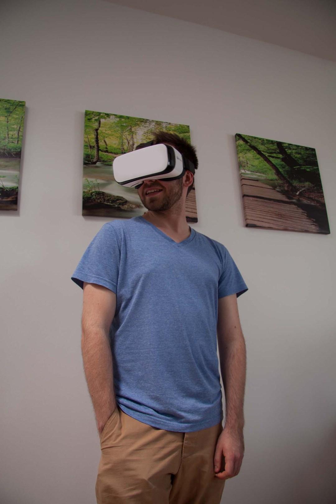 Oliver mit einer VR-Brille