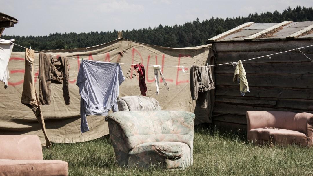 Mit maroden Hütten und alten Möbeln wird ein heruntergekommenes Dorf aufgebaut.