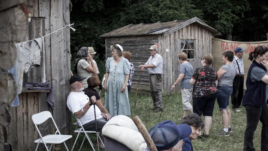 Die Statisten bereiten sich auf ihre Rolle als Dorfbewohner vor.