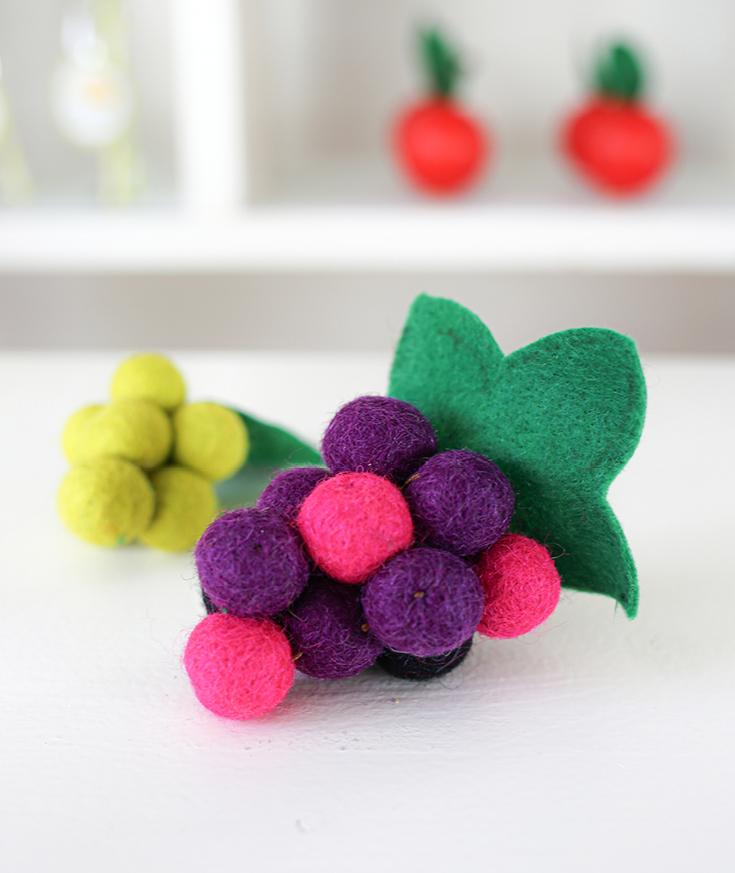 DIY Weintrauben aus Filzkugeln für die Kinderküche oder den Kaufladen