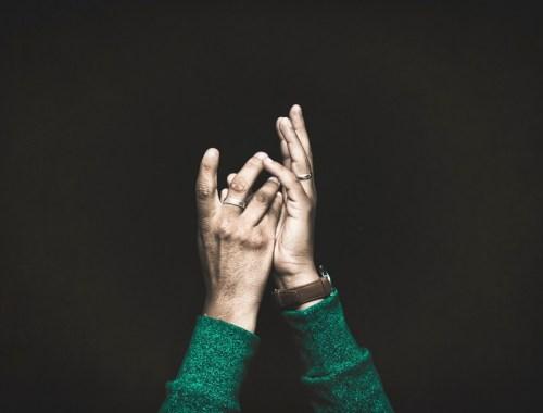 lotto-metapher-gewinnen-wunsch-gedanken-geschichte-hände
