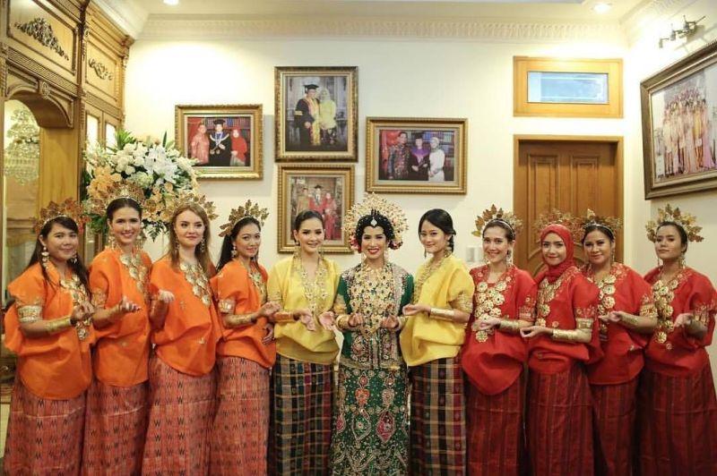 10 Cara Cantik Mendandani Bridesmaid di Pernikahan Tradisional Gambar 1