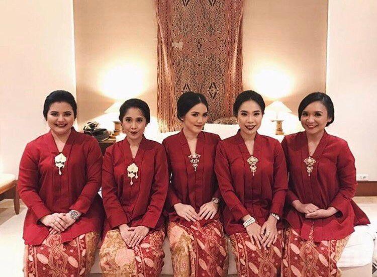 10 Cara Cantik Mendandani Bridesmaid di Pernikahan Tradisional Gambar 22