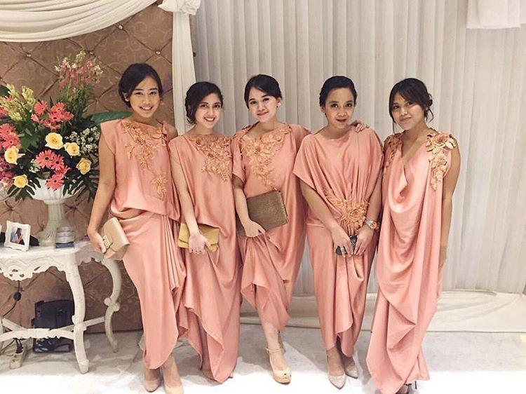 10 Cara Cantik Mendandani Bridesmaid di Pernikahan Tradisional Gambar 13