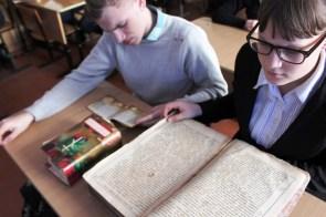 Просмотр старинных книг в 9 В классе МБОУ СОШ № 13 ст. Новоджерелиевской Брюховецкого района
