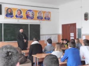 Священникпровел беседу со старшеклассниками о христианской семье