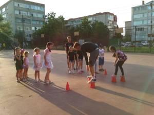 Беседа с детьми на дворовой площадке