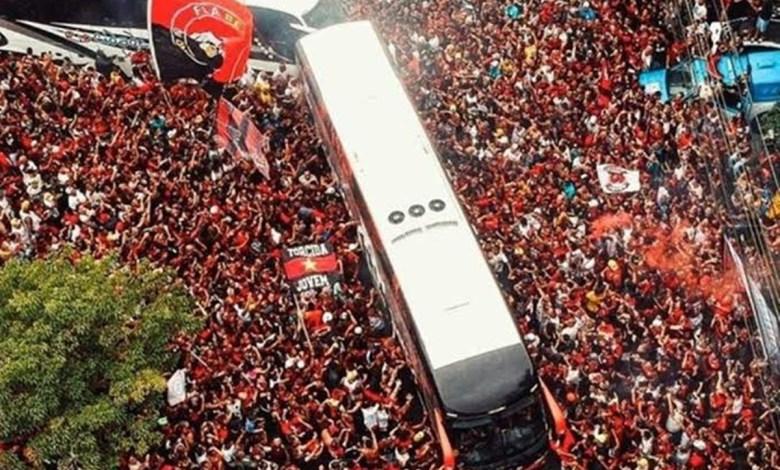 """Flamengo Embarca Para Lima Após Passar Por um """"Mar de Torcedores"""""""
