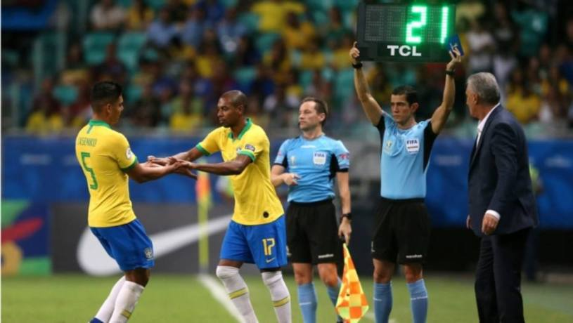 Substituição de jogadores durante partida da seleção brasileira