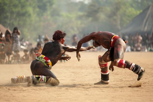 Indígenas praticando Huka-Huka