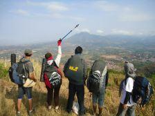 #5. Woops! Gunung Geulis, Bandung. Ini dia tim belakang yang selalu jagain, yang penuh dengan kocakan. Paling ancur minah c yang bedua ajaahhh... sayangnya 1 nya yg motoin nehhh... hehehe, jadi kesensor otomatis deh ahh.. :P Tampak gunung Manglayang di ujung sana. (Album Wendi)