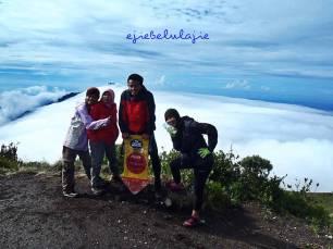 Gunung Merbabu, Puncak Trianggulasi. Dari 12 orang, 4 orang mencapai puncak di hari pertama, lainnya menyusul. (doc pribadi)