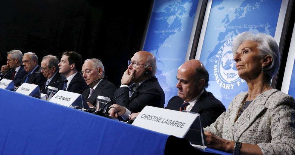 Ángel Gurría, segundo por la izquierda, con los ministros del G5 y Christine Lagarde, este jueves en Washington.