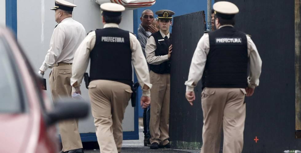Agentes de la Prefectura Naval vigilan la zona donde cinco personas han muerto.